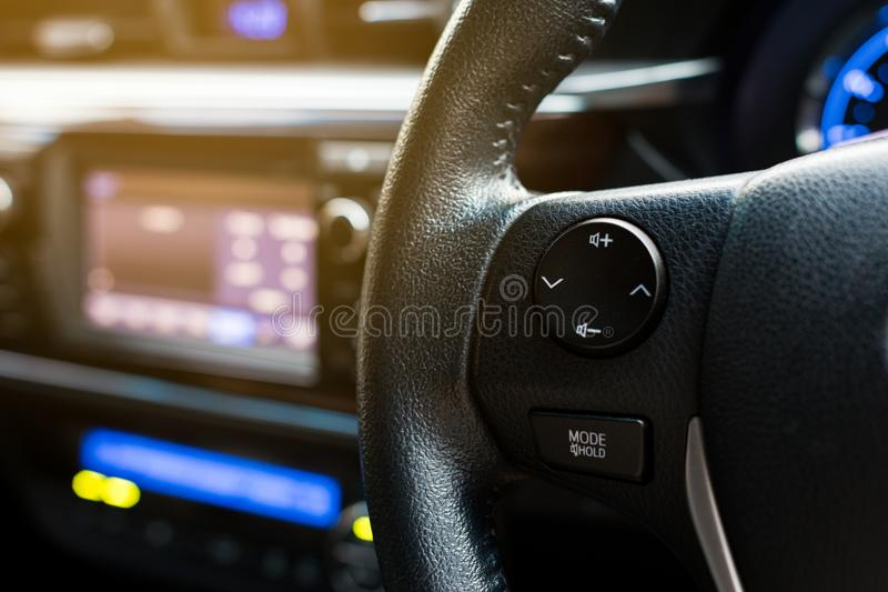 Kontrola guziki na kierownicie nowożytny samochód obrazy royalty free