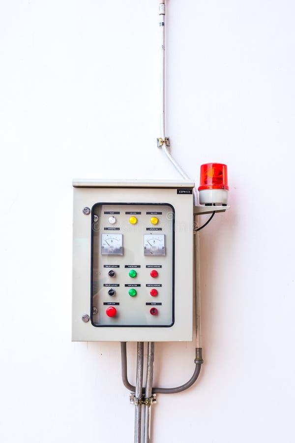 Kontroler dystrybuci Elektryczny pudełko na ściana z cegieł fotografia royalty free