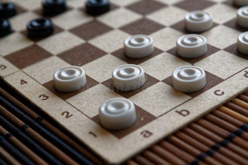 Kontrollörer i schackbrädet som är klar för att spela abstrakt lekillustration för begrepp 3d En forntida lek hobby kontrollörer  fotografering för bildbyråer
