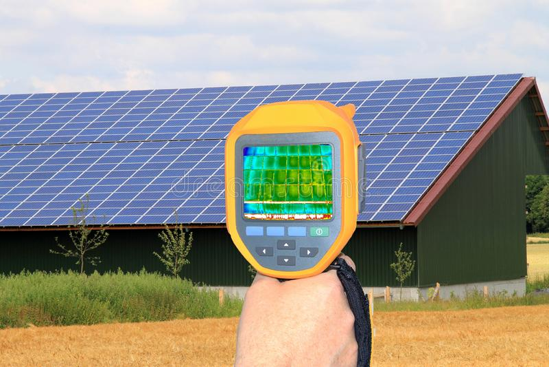 Kontroll av ett sol- taksystem med termiskt kameran för avbilda, p royaltyfri fotografi