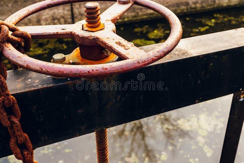 Kontroll för flöde för vatten för hjul för kanallåstappning arkivfoto