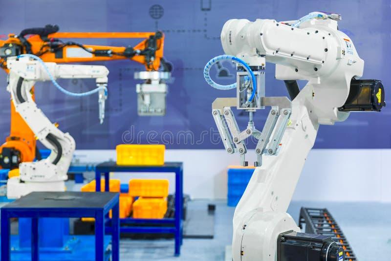 Kontrollant av den industriella robotic armen för att utföra som fördelar, arkivfoton