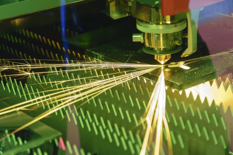 Kontrollanten för bitande maskin för fiberlaser vid CNC-program royaltyfri bild