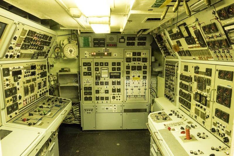 Kontrollapparater inom av atomubåten Le Redoutable i det maritima museet La Citera de La Mer i Cherbourg arkivbild