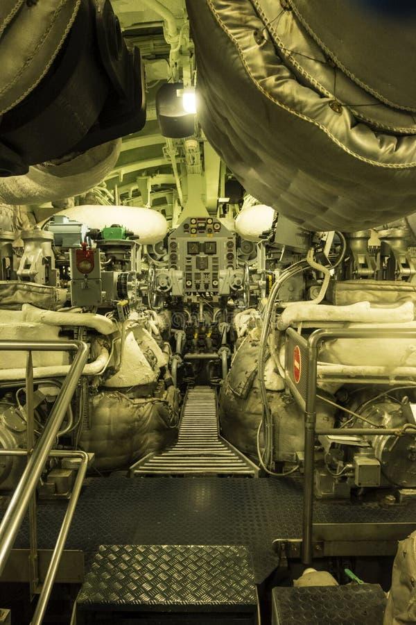 Kontrollapparaterna inom av atomubåten Le Redoutable i det maritima museet La Citera de La Mer i Cherbourg royaltyfri foto