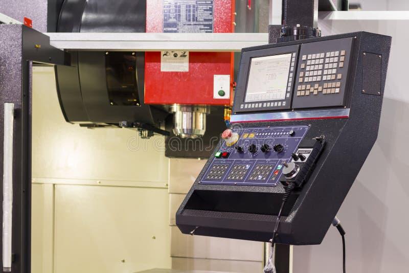 Kontrollbord av CNC som bearbetar med maskin mitten royaltyfria bilder