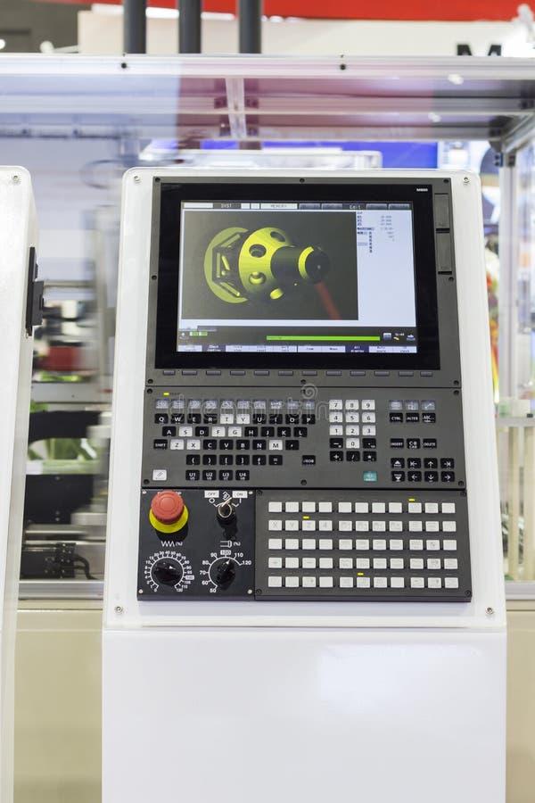 Kontrollbord av CNC som bearbetar med maskin mitten fotografering för bildbyråer