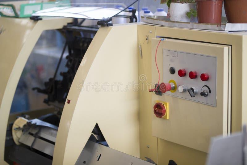 Kontrollbord av tryckpressmaskinen med knappar på printingfabriken royaltyfri bild