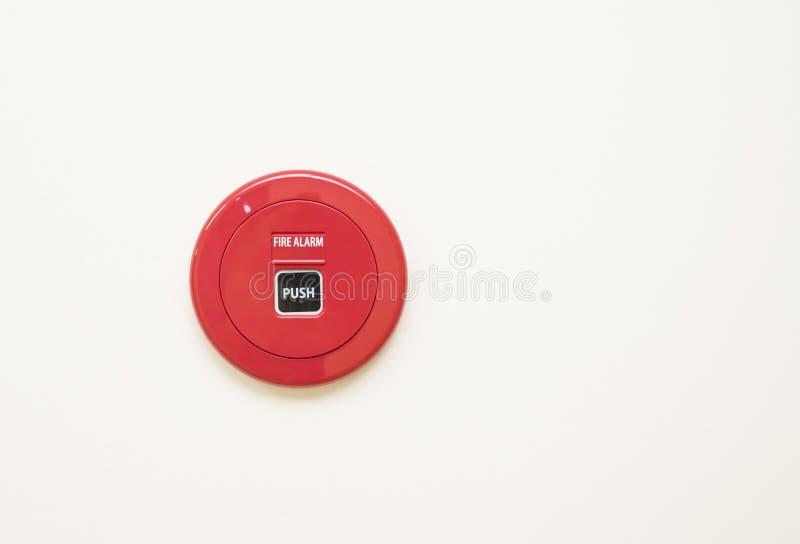 Kontrollbord för larm för röd brand på den vita väggen, manuella påbörjanden för ask för brandlarm en brandlarmsignal, genom att  fotografering för bildbyråer
