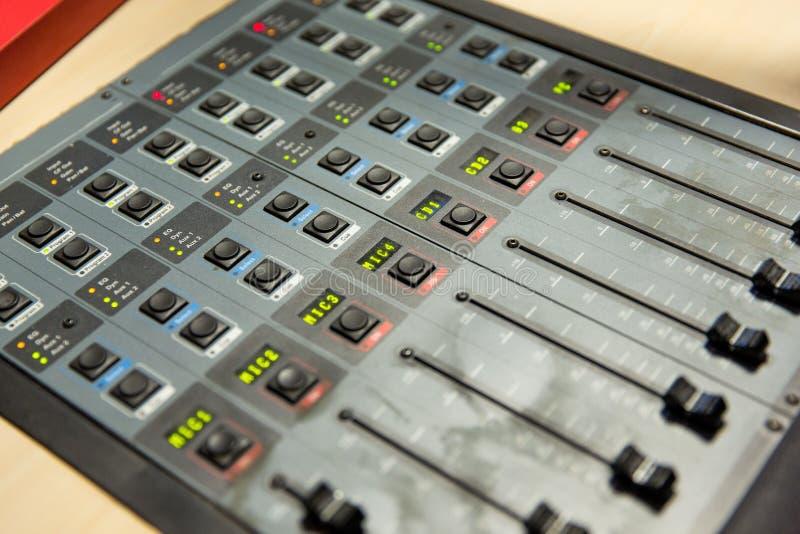 Kontrollbord på den inspelningstudion eller radiostationen fotografering för bildbyråer