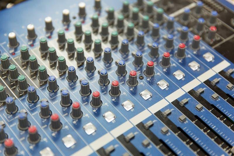 Kontrollbord på den inspelningstudion eller radiostationen royaltyfria foton
