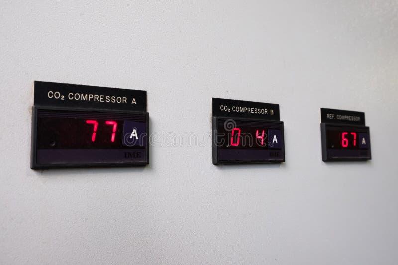 Kontrollbord på fabrik Värma exchangeren, maskinen och pumpen i industrianläggningen Digital amperemeter på kontrollbordet arkivbilder