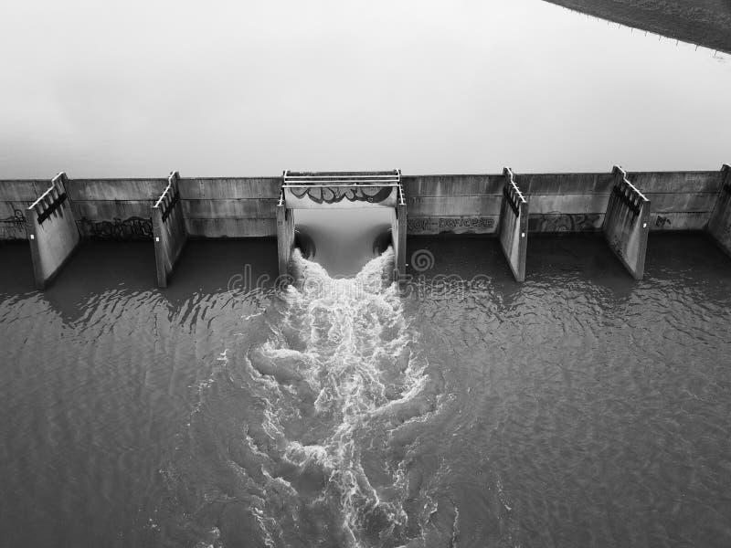Kontrolle des Flusses stockbild