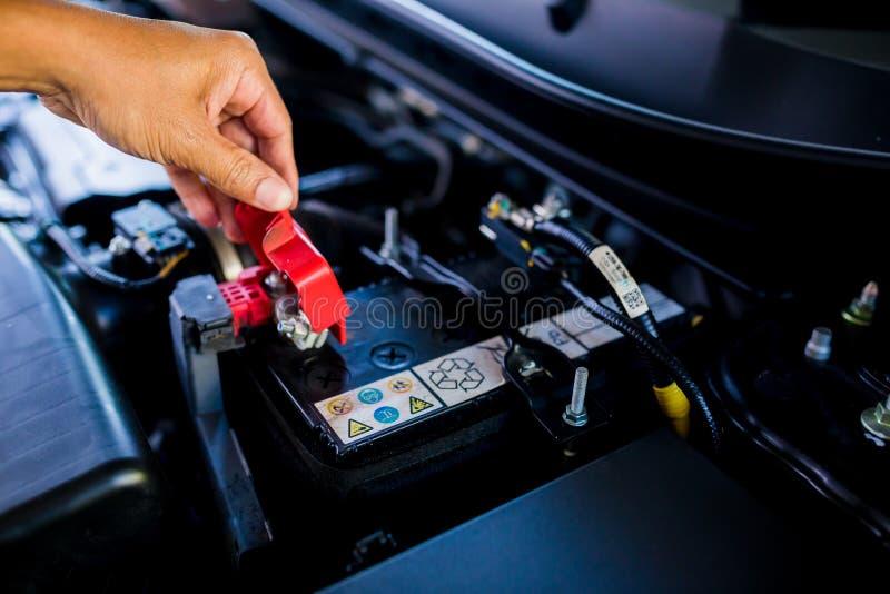 Kontrolle und Wartung die Batterie im Auto mit selbst stockfotos