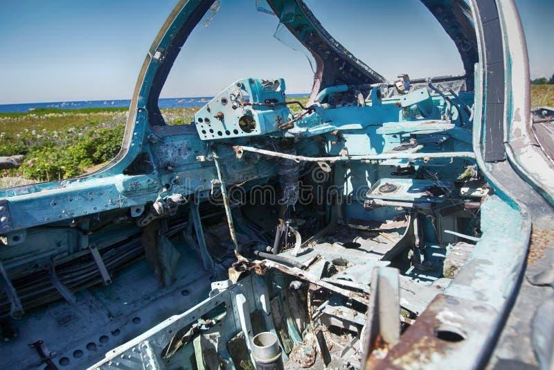 Kontrollenheter som göras av den aluminum legeringen i cockpit av kraschat flygplan arkivbild