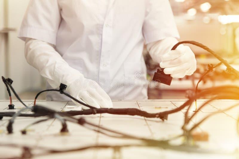 Kontrollera de binda systemen på kontrollskrivbordet, testpunkt, bilindustri, högkvalitativa produkter, viktigeffekt royaltyfria bilder