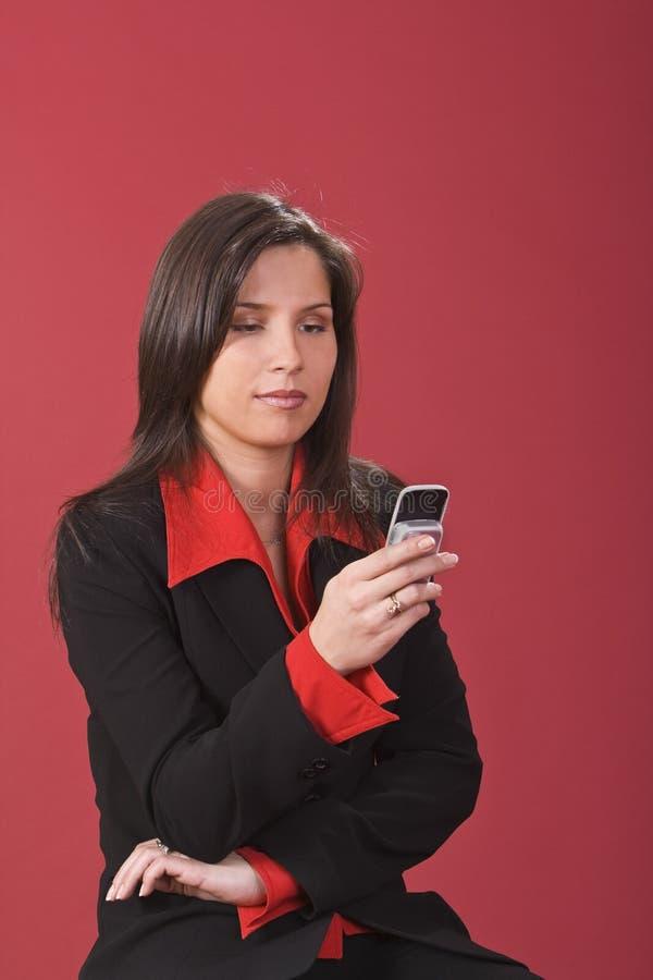 kontrollera den mobila telefonen royaltyfria bilder
