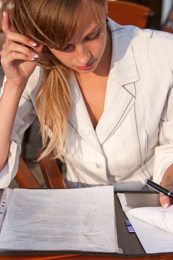 kontrollera den paper kvinnan för förlagor arkivfoto