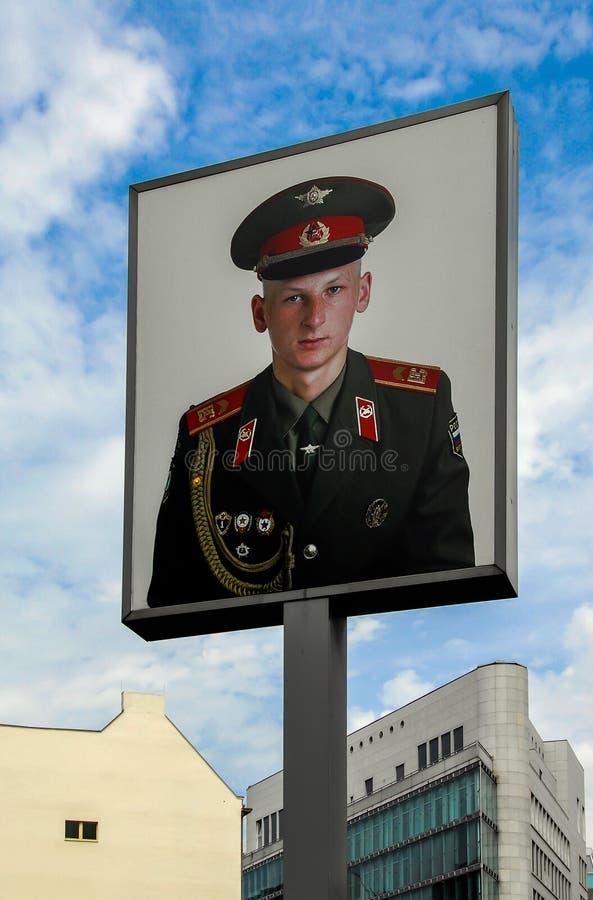 Kontrollera den punktCharley minnesmärken i Berlin arkivbilder