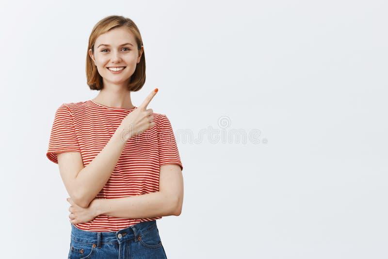 Kontrollera det ut, föreslår jag att charma som är artigt, och vänskapsmatch-att se den kvinnliga studenten i randig t-skjorta vi fotografering för bildbyråer