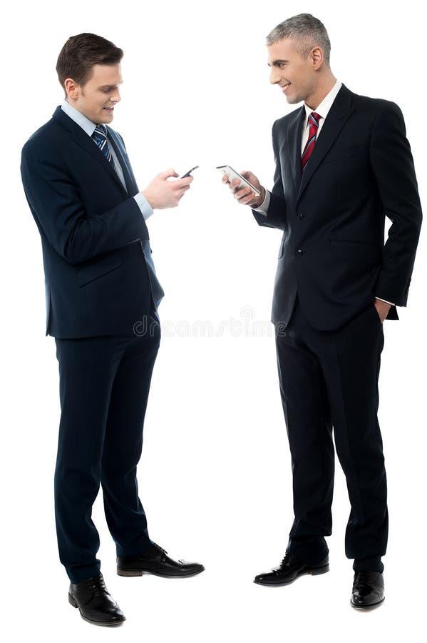 Kontrollera din mobil, mig överför en bild royaltyfri fotografi