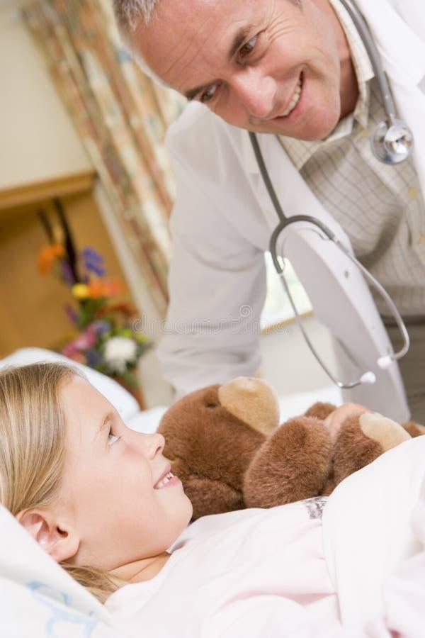 kontrollera doktorn hans tålmodig upp barn royaltyfri foto
