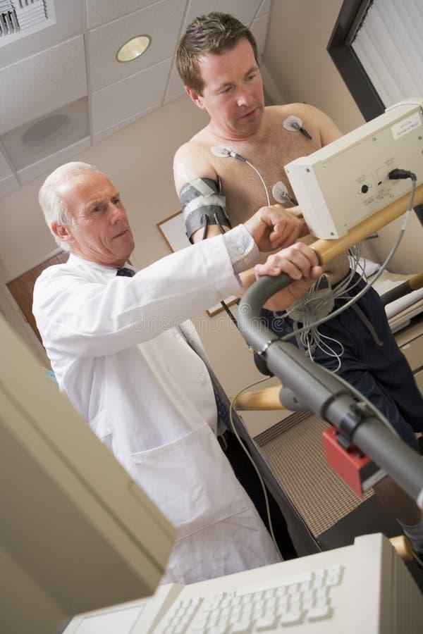 kontrollera doktorn som ger hälsotålmodign arkivfoton