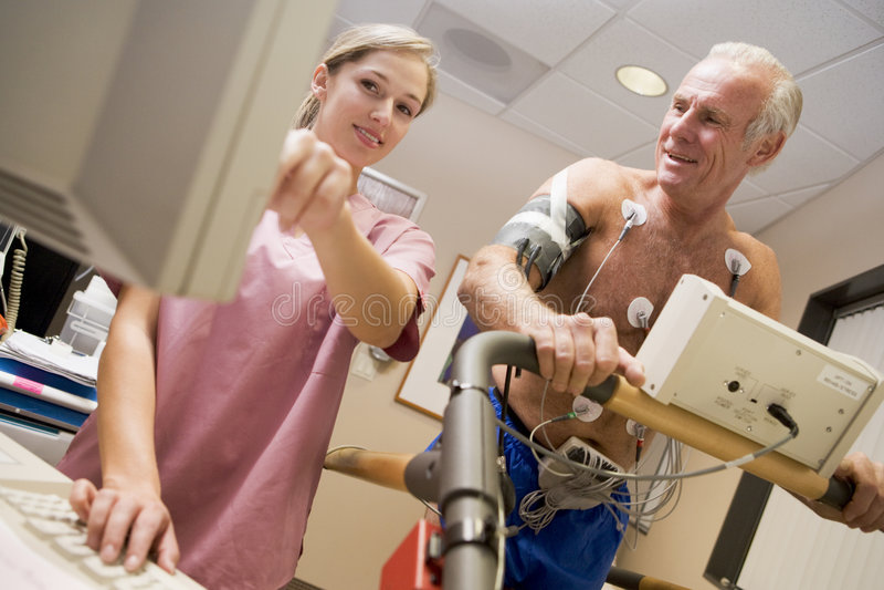 kontrollera hälsosjuksköterskatålmodign royaltyfri foto