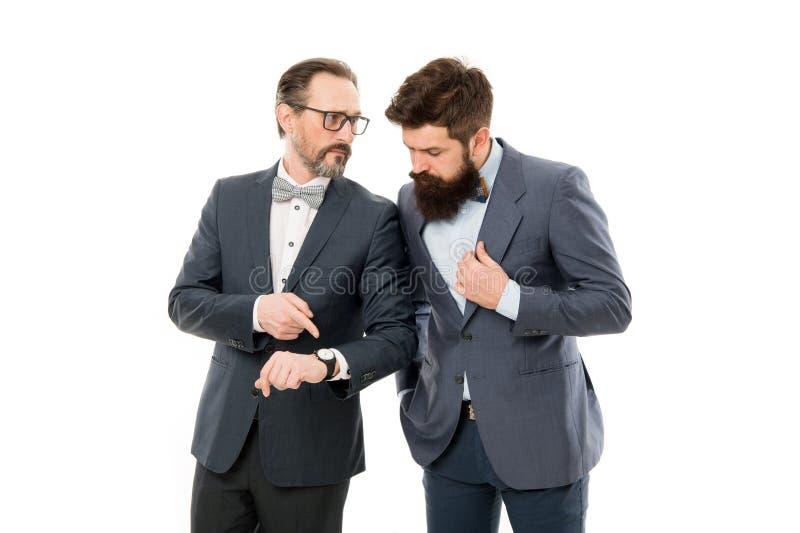 kontrollera klockan Formell kläder för affärsfolk som har olik åsikt om tid Tid ledning och disciplin förbättra royaltyfri bild