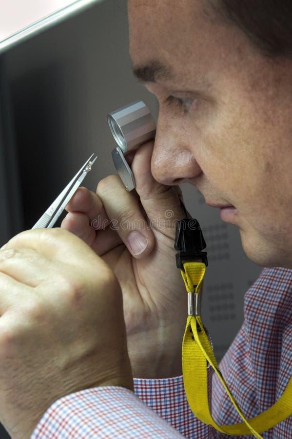 Kontrollera kvalitet av diamanter arkivfoton