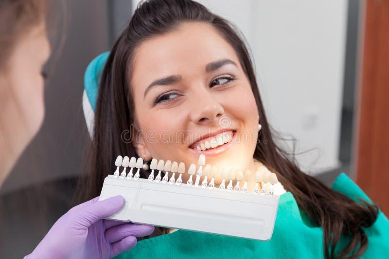 Kontrollera och välj färgen av tänderna arkivbild