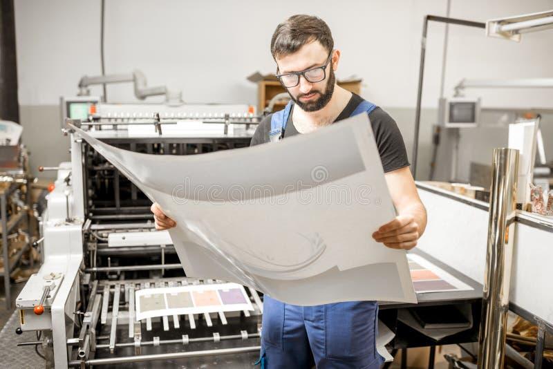 Kontrollera printingkvalitet på printingväxten fotografering för bildbyråer
