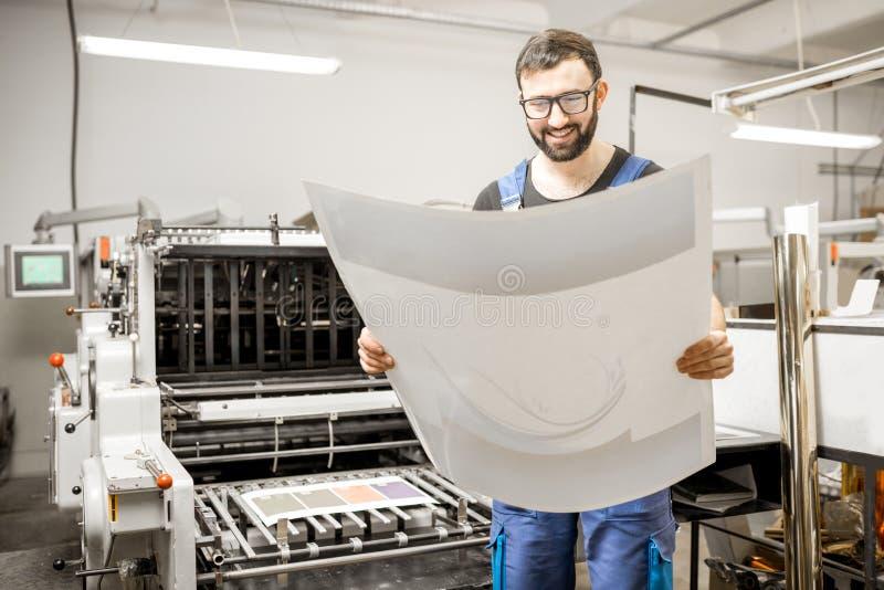 Kontrollera printingkvalitet på printingväxten royaltyfri bild