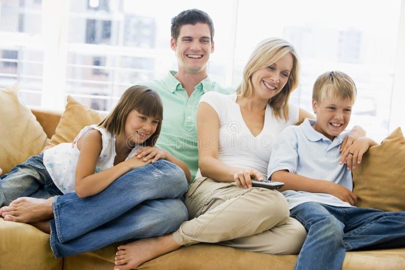 kontrollera strömförande fjärrlokalsitting för familjen arkivfoto