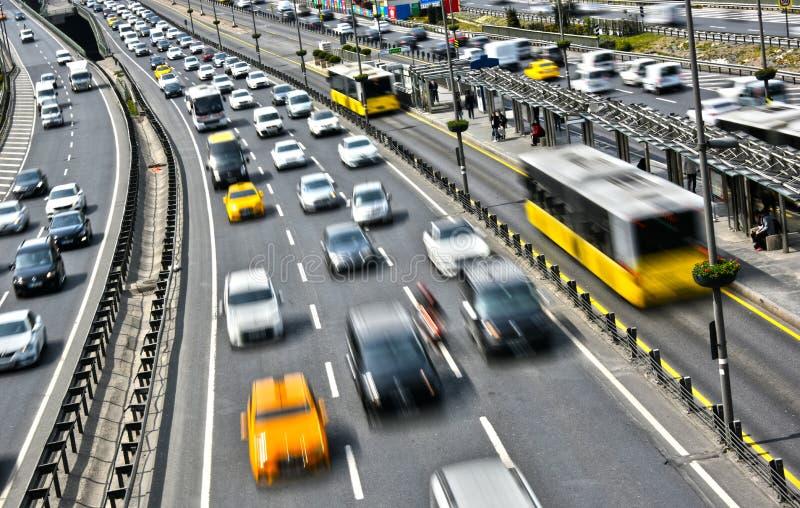 Kontrollera-tillträde huvudväg i Istanbul under rusningstid arkivfoton
