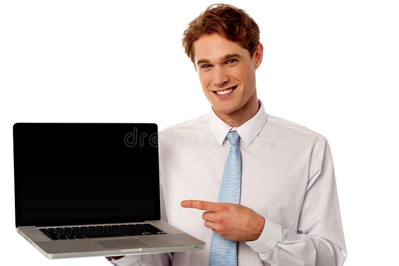 Kontrollera ut den splitterny bärbara datorn i den till salu marknaden royaltyfri bild