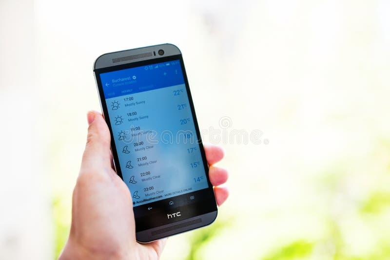 Kontrollera väder på smartphonen royaltyfri bild