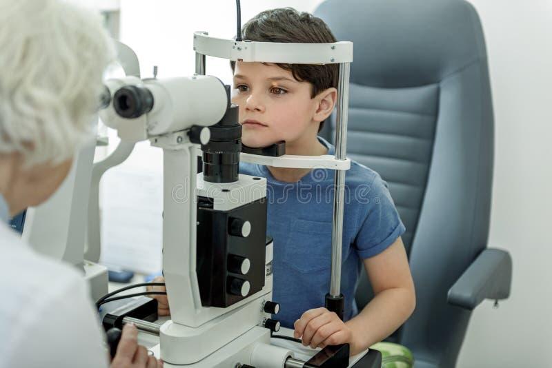 Kontrollera vision av den lilla ungen arkivbilder