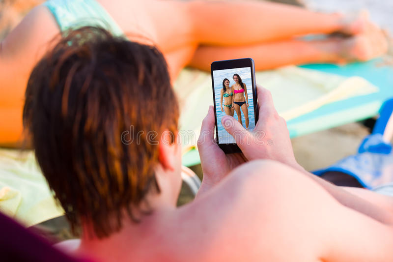 Kontrollerande flickor på facebook royaltyfria foton