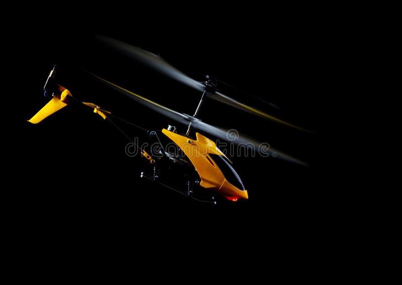 Kontrollerande RC-helikopter royaltyfri bild