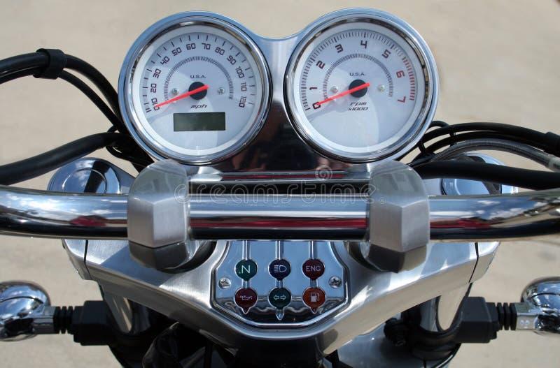 kontrollerar handlebarmotorcykeln arkivbild
