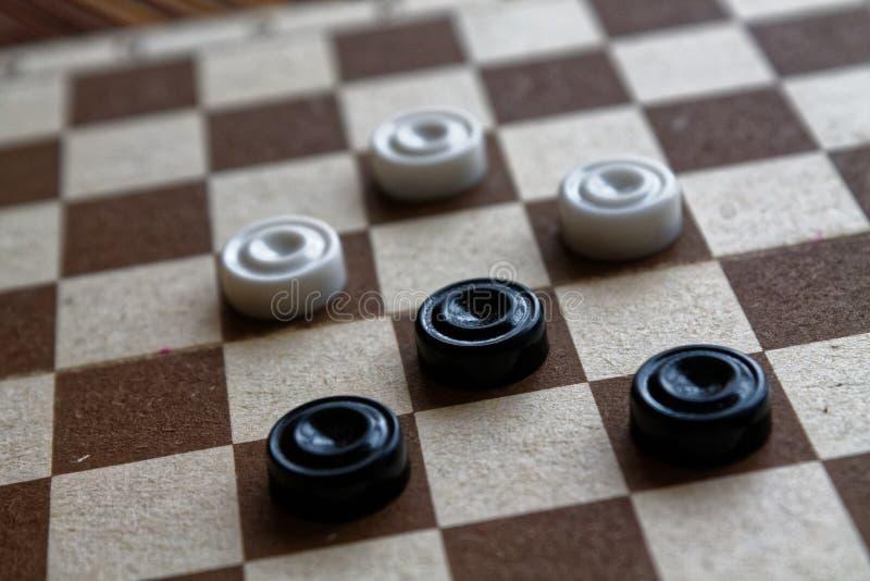 Kontrolleure im Schachbrett bereit zum Spielen Abstrakte Abbildung 3d Ein altes Spiel liebhaberei Kontrolleure auf dem Spielfeld  lizenzfreies stockfoto