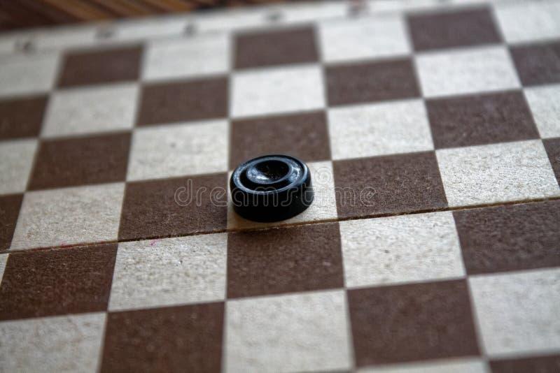 Kontrolleure im Schachbrett bereit zum Spielen Abstrakte Abbildung 3d Ein altes Spiel liebhaberei Kontrolleure auf dem Spielfeld  lizenzfreies stockbild