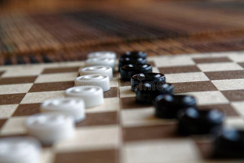 Kontrolleure im Schachbrett bereit zum Spielen Abstrakte Abbildung 3d Ein altes Spiel liebhaberei Kontrolleure auf dem Spielfeld  stockfoto