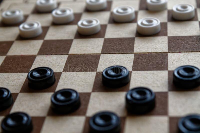 Kontrolleure im Schachbrett bereit zum Spielen Abstrakte Abbildung 3d Ein altes Spiel liebhaberei Kontrolleure auf dem Spielfeld  stockfotos