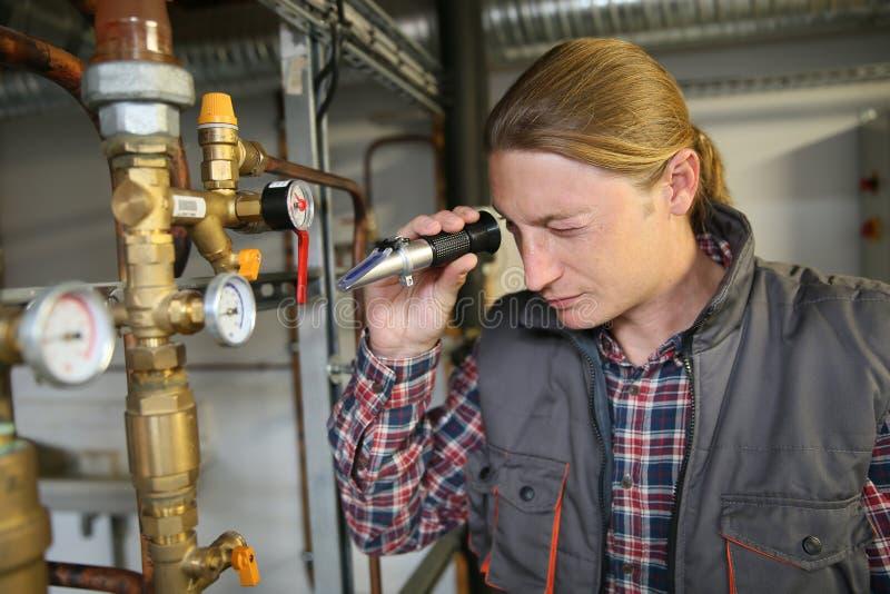 Kontrollewasserqualität Porfessional-Klempners von der Heizung lizenzfreie stockbilder