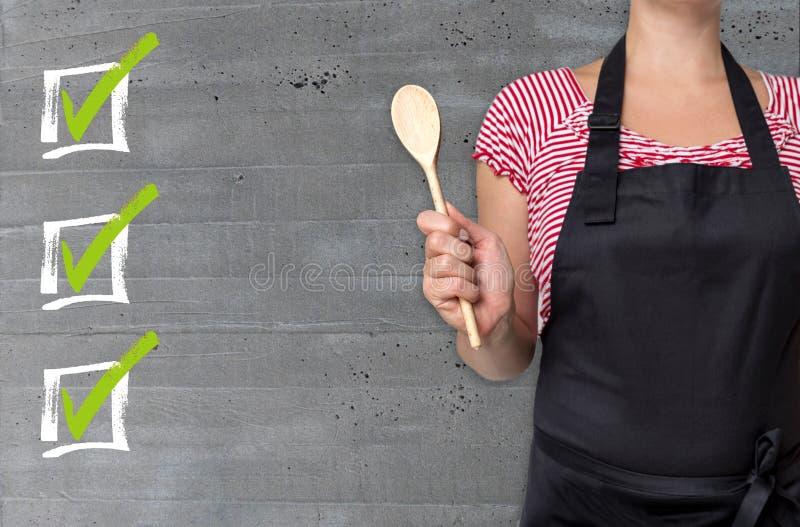 Kontrollistabegreppet visas av kocken royaltyfri bild