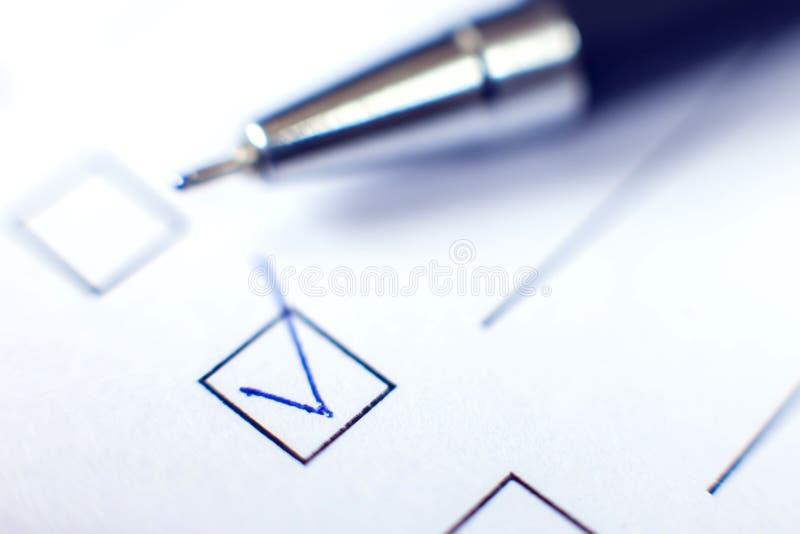 Kontrollistaform med en penna på vitbok Checkboxbegrepp arkivbilder
