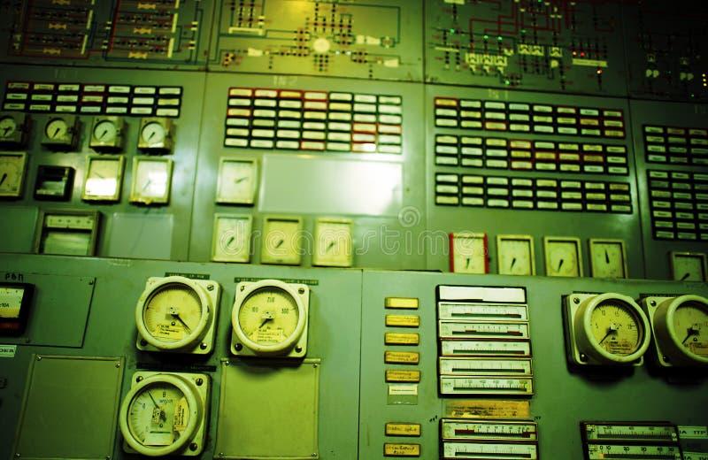 Kontrollrum en gammal kraftgenereringväxt arkivfoto