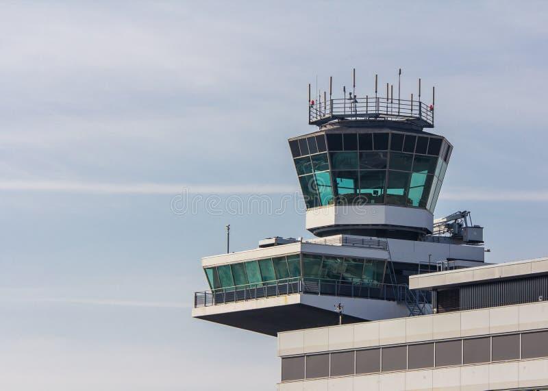 Kontrolltorn på den Amsterdam Schiphol flygplatsen royaltyfri foto